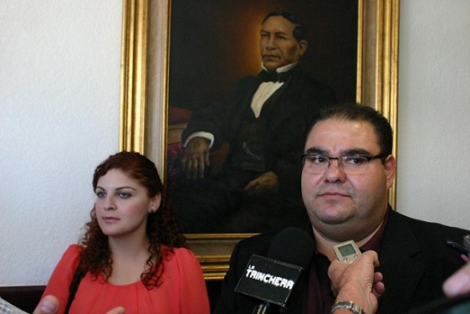 La joven Seyed Maryan Falah Shams Calderón, aspirante a ingresar a la UABC y que presenta discapacidad auditiva, con el diputado local Julio César Vázquez Castillo (Foto: Archivo).