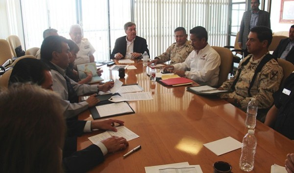 """El gobernador Francisco Vega """"resolviendo"""" la crisis en San Quintín a 200 kilómetros de distancia (Foto, cortesía)."""
