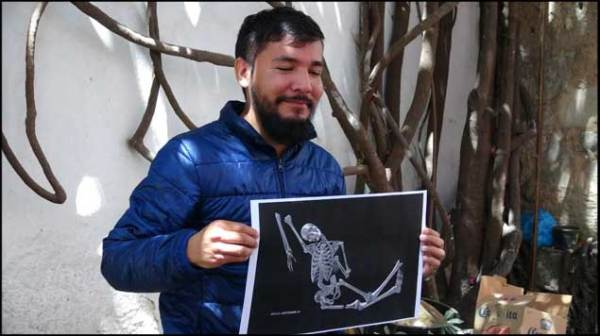 El oaxaqueño Irwin Homero Carreño Garnica, estudiante de la carrera de diseño gráfico, ganó la primera bienal plástica que convocó a nivel internacional el afamado pintor  mexicano Francisco Toledo (Foto: internet).
