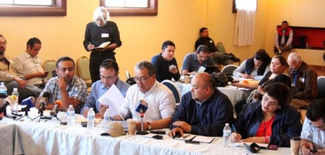 El licenciado Pablo Alejo López Núñez al leer un posicionamiento del gobierno de Baja California en torno a los trabajos de la mesa de negociación en San Quintín (Fotos: Frontera)