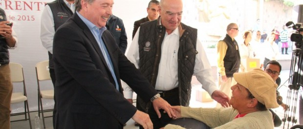 El gobernador Francisco Vega y el secretario del Medio Ambiente Juan José Guerra,  entregaron apoyos especiales a promotores de conservación ambiental de Baja California(Foto: El Diario de Tijuana).