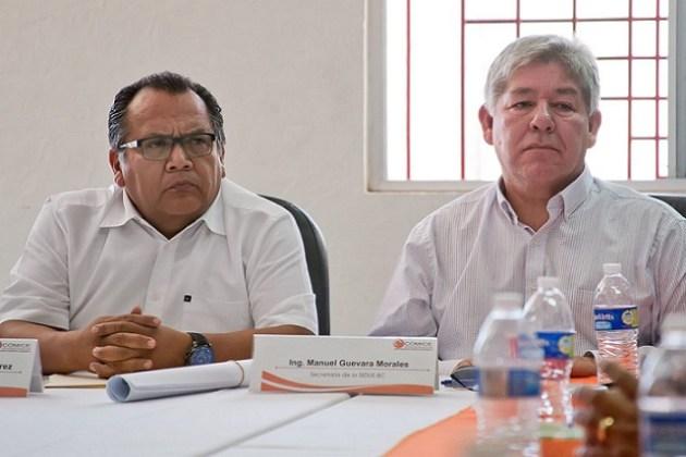 El secretario de Infraestructura y Desarrollo Urbano del Estado, ingeniero Manuel Guevara, en la reunión con directivos y socios de la COMICE (Foto: Edgar Lima / La Jornada BC).