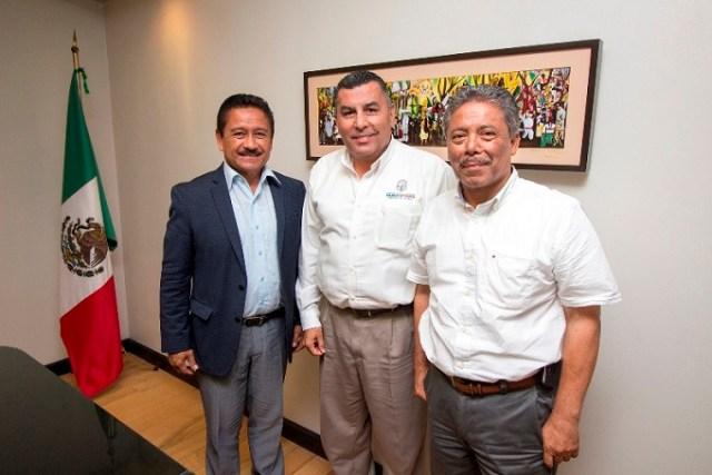 Los alcaldes Hirata y Abarca con el secretario general de Gobierno de BC (al centro), Francisco Rueda (Foto: Gobierno de Baja California).