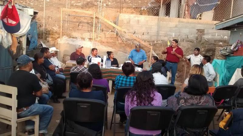 Jesús Martínez hablando a gemte beneficiada con los programas asistenciales de la organización civil que preside (Fotos: Facebook).
