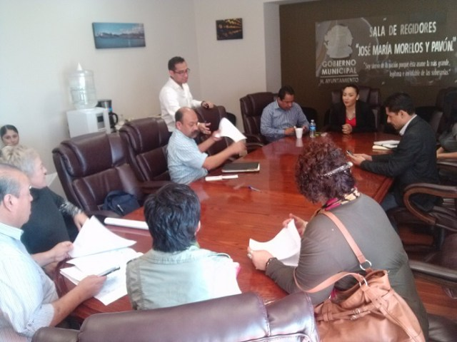 Vecinos de Vista al Mar se reunieron con la regidora Ana Daniela García Salgado para exigir que el municipio cumpla con el acuerdo de cabildo de retirar los estacionamiento para tractocamiones ilegales que funcionan en El Sauzal (Fotos: cortesía).