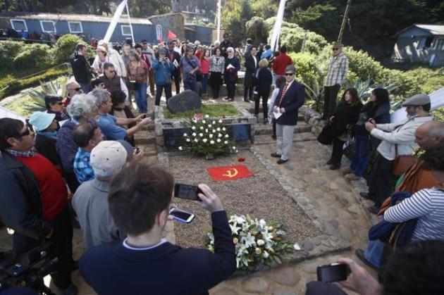 Varias personas visitan la tumba de Neruda tras el entierro celebrado este martes. EFE.