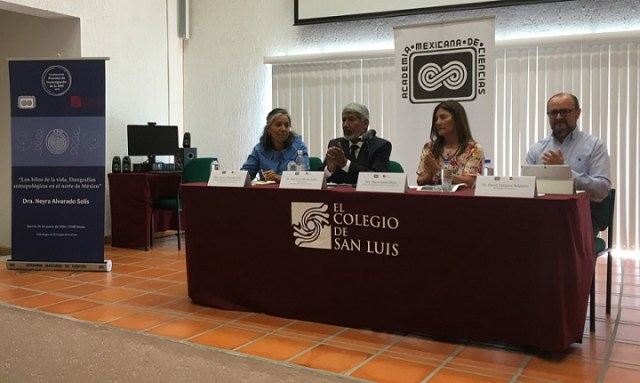La antropóloga Neyra Alvarado Solís (extremo izquierda) ofreció una plática dentro del Ciclo de conferencias Premios de Investigación de la AMC. En la presentación participaron José Luis Morán, vicepresidente de la Academia Mexicana de Ciencias; María Isabel Mora, secretaria académica de El Colegio de San Luis, y David Vázquez, investigador del mismo centro.