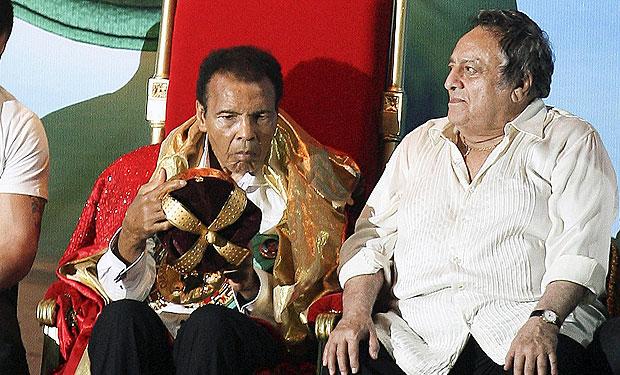Mohamed Ali posa junto al también fallecido José Sulaimán, por años máximo lider de la CMB (latercera.com).