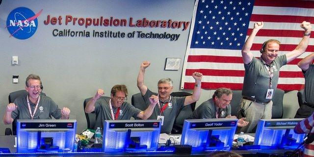 Cientificos de la NASA celebran el éxito de Juno en su maniobra de colocación en la órbita de Júpiter (Foto Reuters).