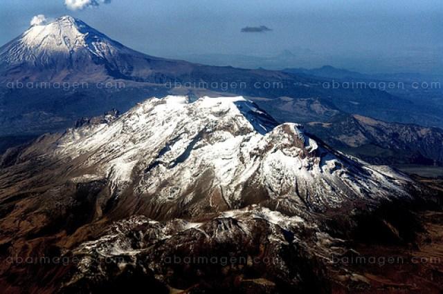 Los volcanes Popocatepetl e Iztaccihuatl, dotadores de villa para millones.