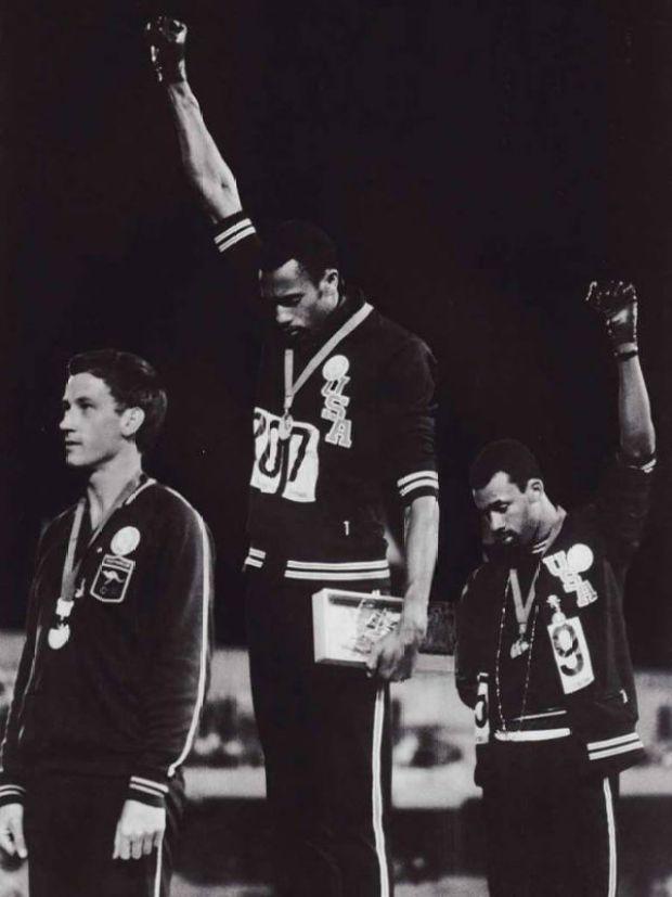 El saludo Black Power en los Juegos Olímpicos de México 1968 fue una célebre señal de protesta de los derechos civiles negros en Estados Unidos. Tras haber finalizado la carrera de los 200 metros en esos Juegos Olímpicos, los atletas afroamericanpos Tommie Smith y Hohn Carlos, medalla de oro y de bronce respectivamente, alzaron su puño envuelto en un guante negro mientras comenzaba a sonar el himno nacional estadounidense (Foto: internet).