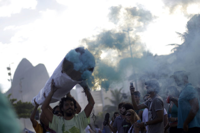 People carry a replica of a giant marijuana cigar during the Global Marijuana March in Rio de Janeiro May 7, 2011. Demonstrators took part in a march to support the legalization of marijuana. REUTERS/Ricardo Moraes (BRAZIL - Tags: CIVIL UNREST SOCIETY) - RTR2M4GS