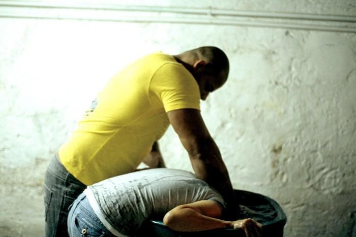 Confesión, de la artista guatemalteca Regina Galindo, en la que un voluntario practica la tortura. (Foto: Agencia El Universal).