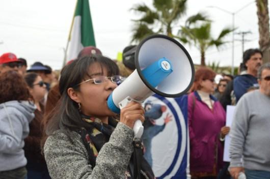 15 ENE. Vocera del Colectivo Estudiantil Cimarrón le recuerda a los asistentes que la marcha es un acto pacífico y apartidista.