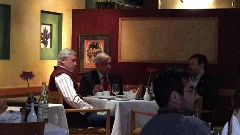 El Presidente Andrés Manuel López Obrador desayuna en un restaurante de Tijuana con su amigo Jaime Bonilla, el mismo día en que el empresario morenista se registraría como candidato de gobernador de BC. Foto: facebook