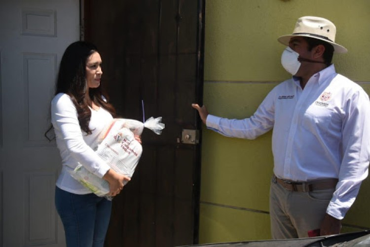El alcalde Armando Ayala reparte personalmente despensas en su precampaña electoral a la reelección, pero no convocó al cabildo para votar la ley gandalla que lo beneficia (Internet)