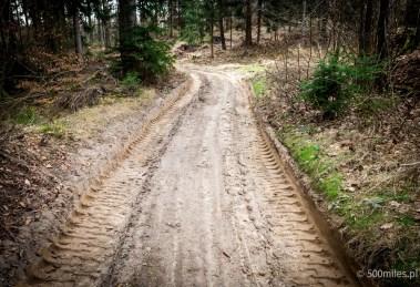 Zniszczona droga na ER-6 w Przeździedzy