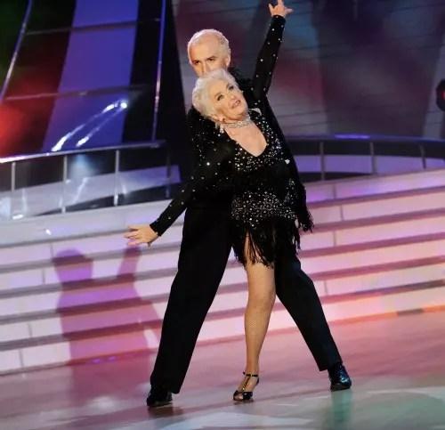 Sara Jones, 75 anos, dá show com seu parceiro, Nicholas, 35 anos