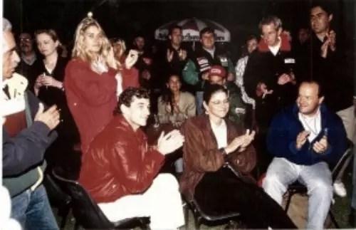 Betise (sentada no centro) com Ayrton e amigos, numa festa