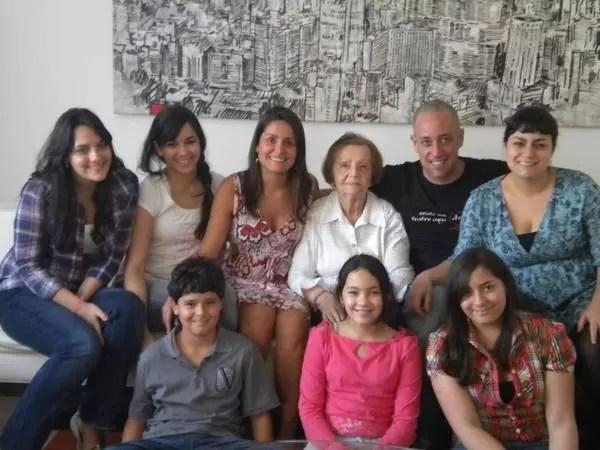 Rodeada pelos sete netos:Fernando, Renata, Flora, Julia, Luisa, Laura e Antônio