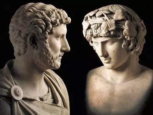 Bustos do imperador romano Adriano (com uniforme militar, à esquerda) e de seu companheiro Antínoo