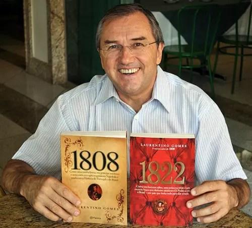 O autor com os dois livros que venderam juntos mais de 1,5 milhão de exemplares no Brasil e em Portugal