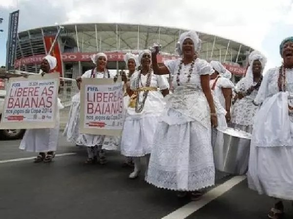 Baianas protestaram tanto que a Fifa voltou atrás e permitiu venda de acarajés