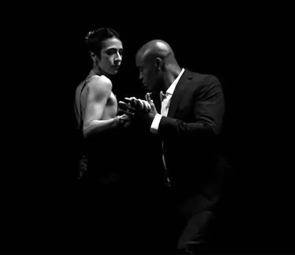 """A cantora Marisa Montes dançando com o lutador ao som de """"Ainda Bem"""""""