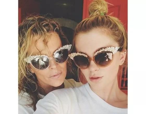 Kim Basinger e sua filha Ireland Baldwin, em um 'selfie', que postaram no Twitter. / CORDON PRESS