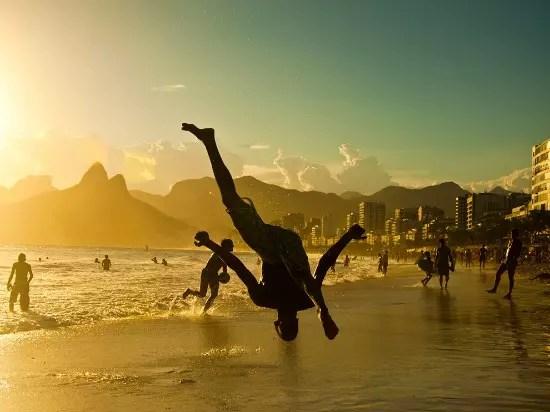 Praticando a capoeira, no amanhecer de Ipanema, no Rio de Janeiro
