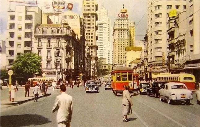 A Avenida São João, no centro da cidade, fotografada em 1952