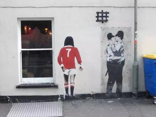 O polêmico beijo de policiais na parede do pub britânico