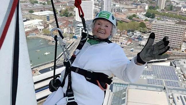 A centenária disse que se divertiu muito fazendo rapel no prédio de 100 metros