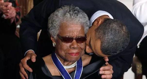Na cerimônia de condecoração, ela recebe o beijo do presidente Obama