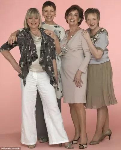 Jane, de calça branca, com outras mulheres que superaram o câncer