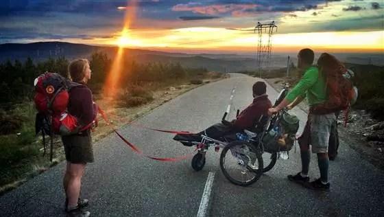 Os dois com uma amiga em pleno Caminho, contemplando o amanhecer