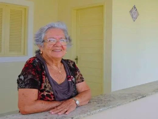 Uma das moradoras do condomínio, Dona Laura