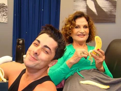 A atriz Rosamaria Murtinho saboreando a fruta