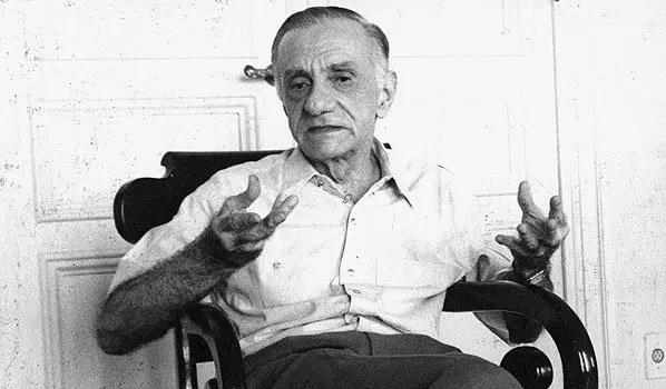 É considerado um dos 3 maiores poetas do Brasil pós-1940