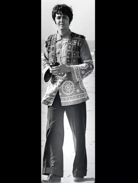 Crochês e bordados - A banda inglesa The Beatles, criada em 1960, foi um dos símbolos da Peacock Revolution, a revolução do pavão. Ela trouxe cores, estampas e bordados, até então destinados às mulheres, para o guarda-roupa masculino. Na foto de 1967, Paul McCartney usa camisa indiana bordada sob colete de crochê e calça boca de sino