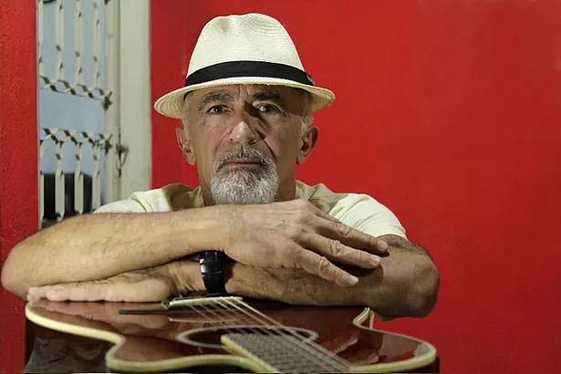 Depois de aposentado, Assis, 63, resolveu aprender a tocar violão