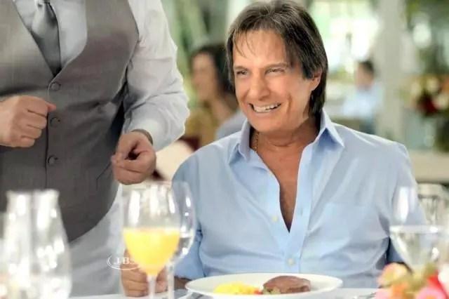 O cantor, 73, no anúncio: bife fica intocado no prato
