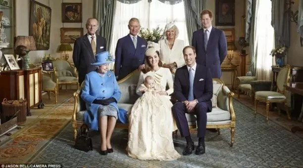 Admirando o bisneto, príncipe George, filho do príncipe William e Kate Middleton