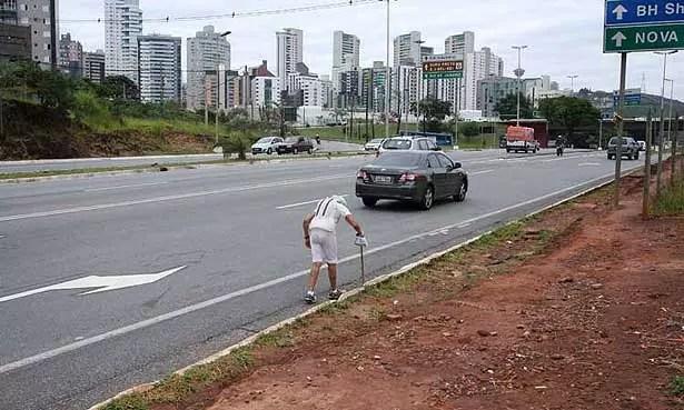 Com sua bengala, ela segue pelas ruas, andando longa distância sem se cansar