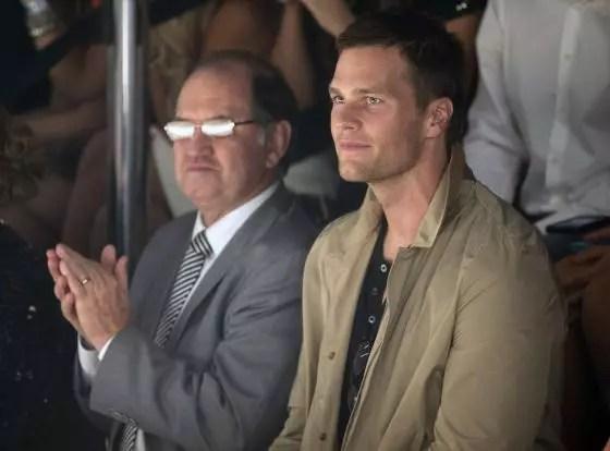 O pai do modelo aplaude a filha, acompanhado deTom Brady, marido de Gisele