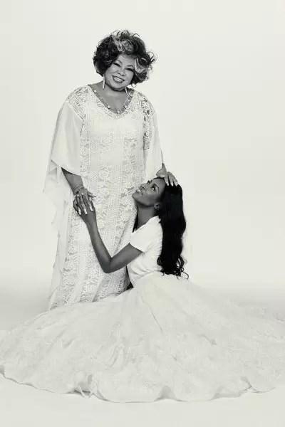 Na hora da foto, a modelo inglesa, 45, se atirou aos pés da cantora Alcione, 69