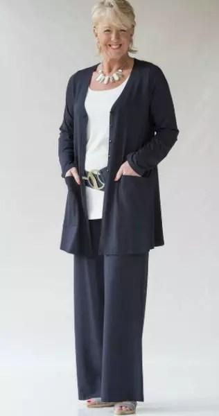 Essa é bem estilosa, com calça larga do mesmo tecido da blusa