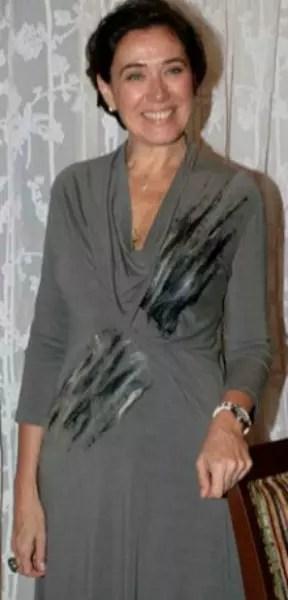 A ótima  Lilian Cabral vestindo um vestido próprio para seu corpo