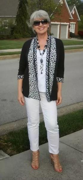 Calça branca e blazer preto com detalhes brancos