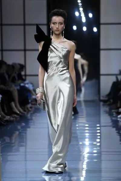 Armani Privé Tendência das últimas temporadas, a década de 90 foi a inspiração do vestido metálico com laço de veludo no ombro e com caimento franzido. Um jeito descontraído de apostar em um clássico.